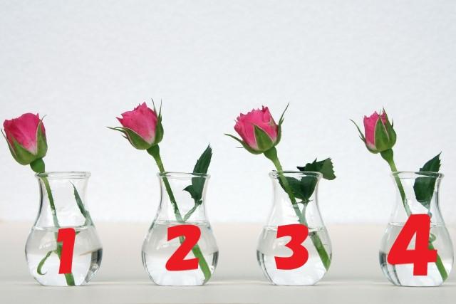 花瓶に入ったバラ4本