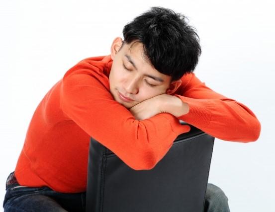休憩中椅子でうたた寝する男性