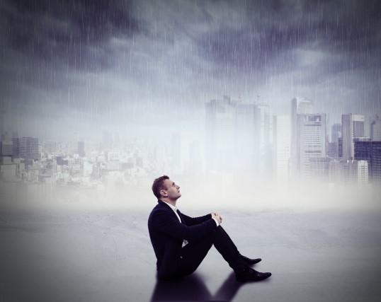 雨に打たれる40代男性