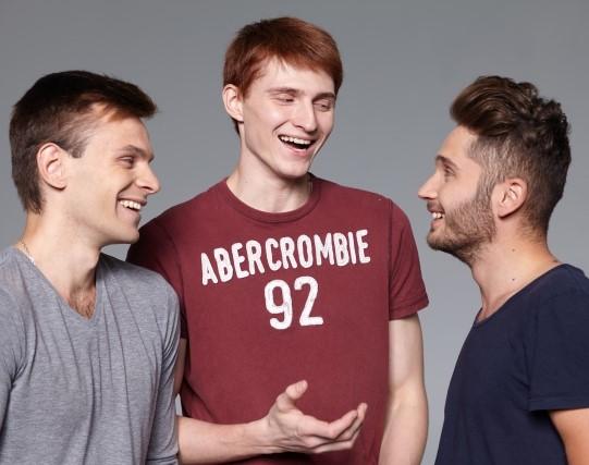 3人で会話してコミュニケーションをとる男性3人