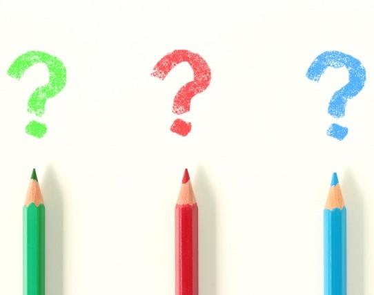 色鉛筆で書いた?(なぜ)のマーク