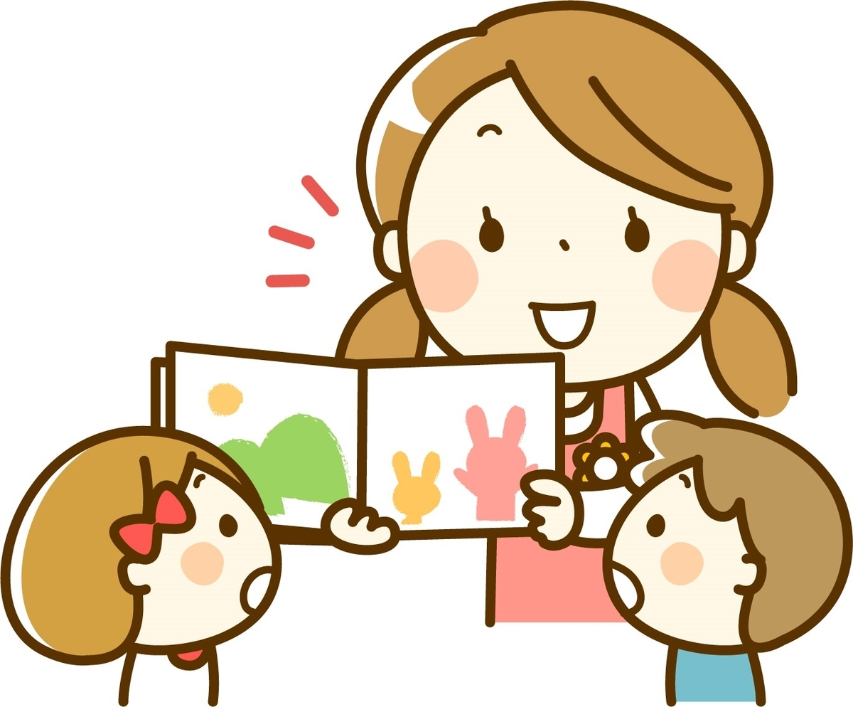 子供に優しく絵本を教える保母さん