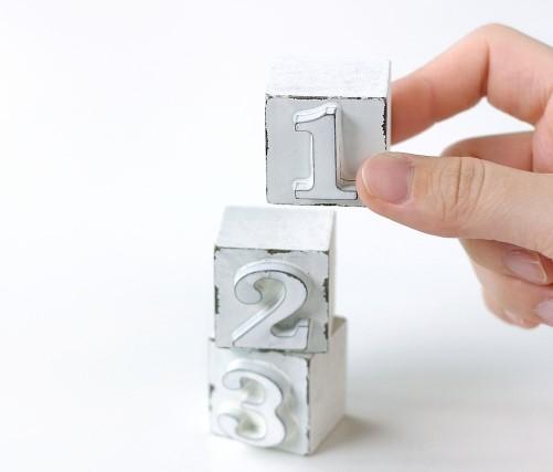 1、2、3、と書かれた3つの積み木