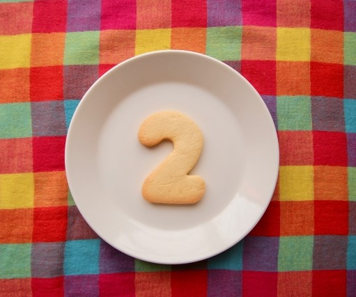 皿の上に乗った、クッキーで焼いた2の数字