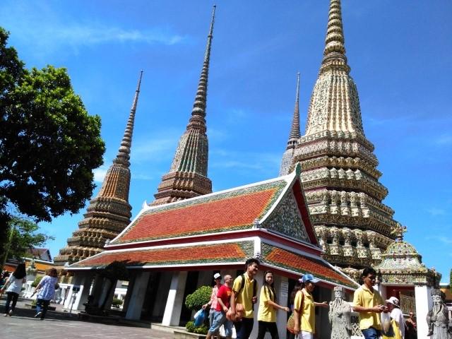 紫外線が降り注ぐバンコクの寺院