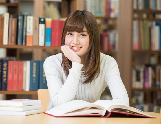 大学の図書館にいる女子大学生