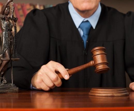木槌を持つ裁判官