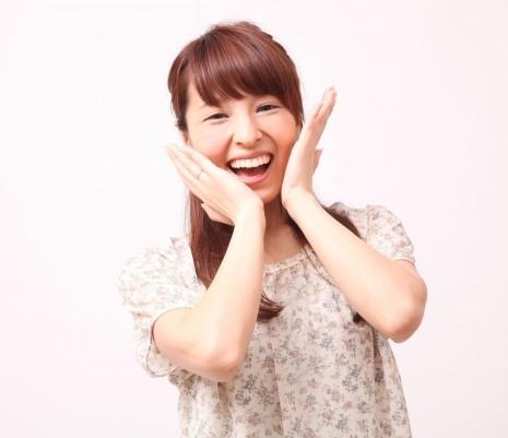 愛想がいい満面笑顔の女性