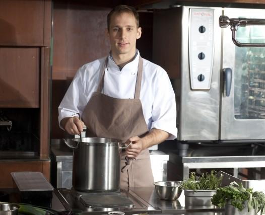 キッチン調理バイトの男性
