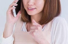 電話でスタババイトに応募する女性