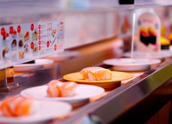 回転寿司で寿司が流れてくる様子