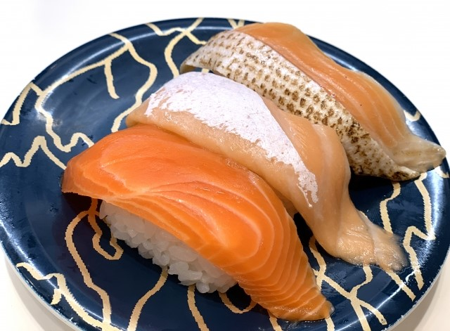 回転寿司のサーモン3種類盛り合わせ