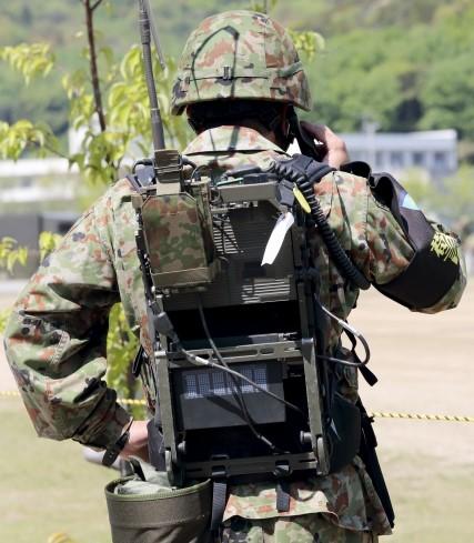 通信機を背中にしょっている兵士の後ろ姿