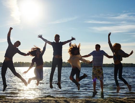 湖面近くでジャンプする気の合う仲間6人