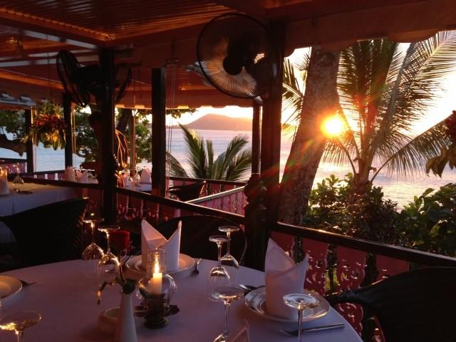 リゾートバイト先の海辺のレストランに夕日