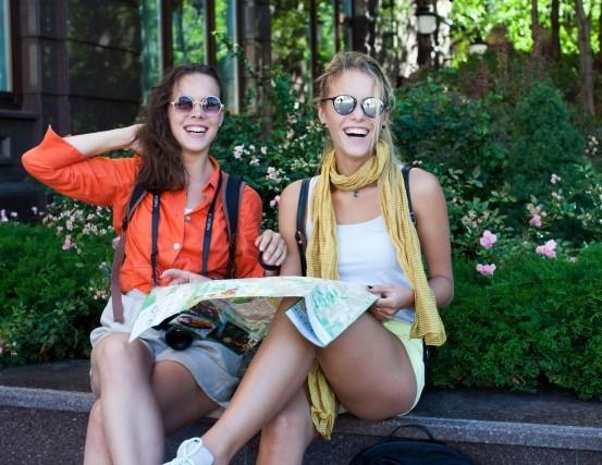 地図を広げて話す外国人旅行者女性2人