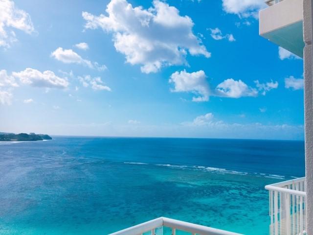 リゾートバイトのホテルバルコニーから見た沖縄県の海