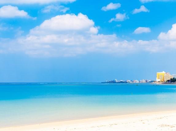 沖縄のリゾートバイトホテルをビーチか見たところ