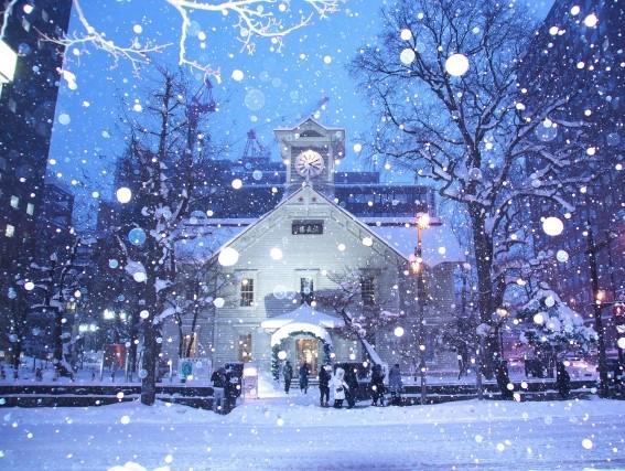 雪が降る冬の北海道、札幌時計台