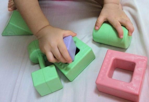 積み木パズルで学習能力を養う子供