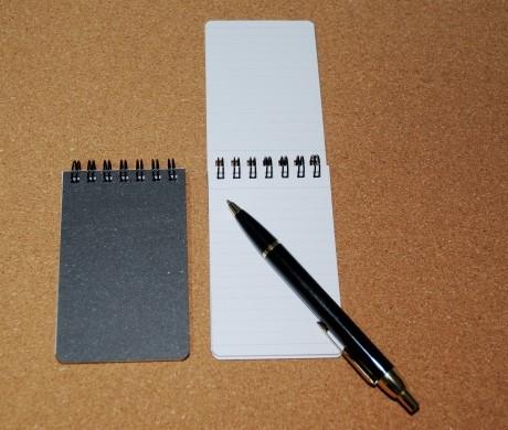 ノック式ボールペンとメモ用紙