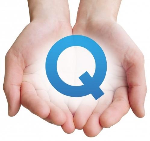 クエスチョン(質問)のQを手のひらに乗せた女性の手