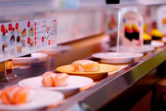 回転寿司のカウンター席