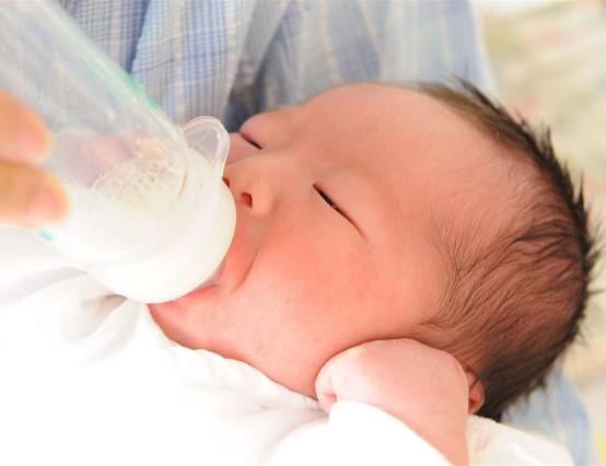 ミルクを飲む生まれてきた赤ちゃん