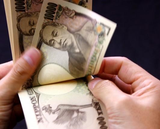 1万円札で10万を数える手元