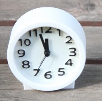 12時5分前(11時55分)を指す置時計