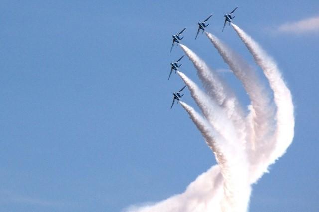 マッハで飛ぶ戦闘機4機と飛行機雲