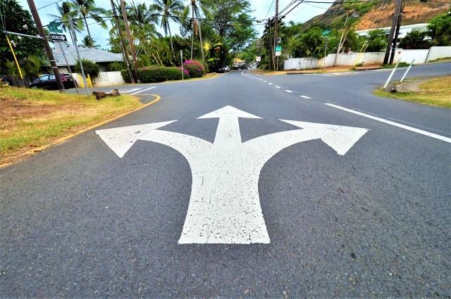 道路上に書かれた3つ又の方向指示