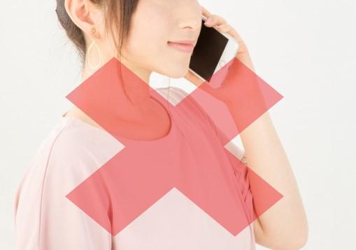 電話でカフェバイトに応募する女性に×マーク