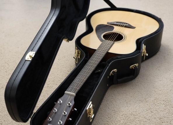 ハードケースに入ったギター