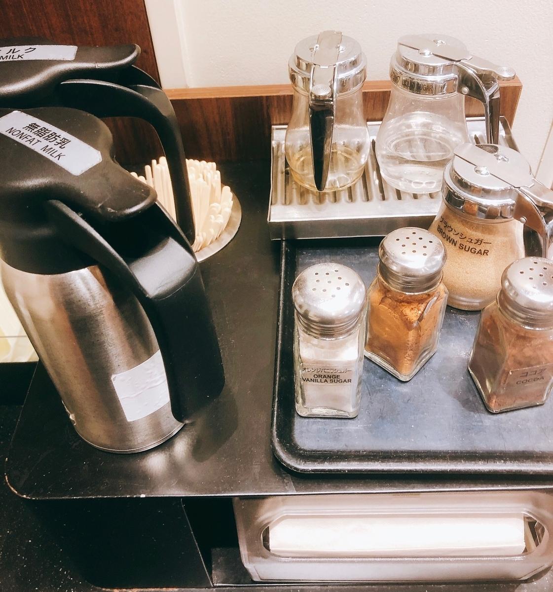 スタバのコーヒー用フレーバーやミルクが乗った台
