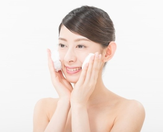 よく泡立てた洗顔料で優しく顔を洗う女性