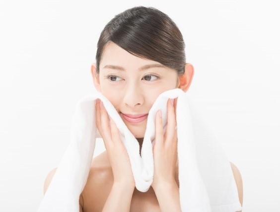タオルで優しく丁寧に水分を拭き取る女性(彼女)