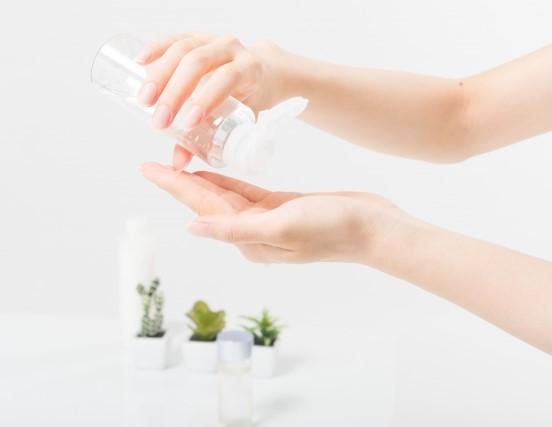 男性用収れん化粧水を手にとるところ