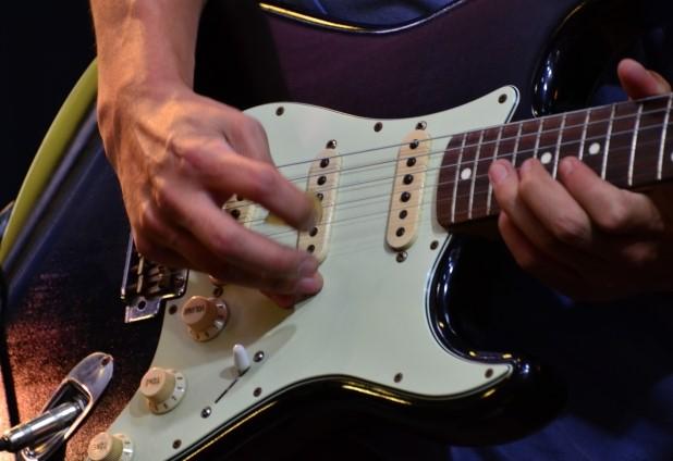 三鷹市で粗大ごみとして捨てる予定のギター