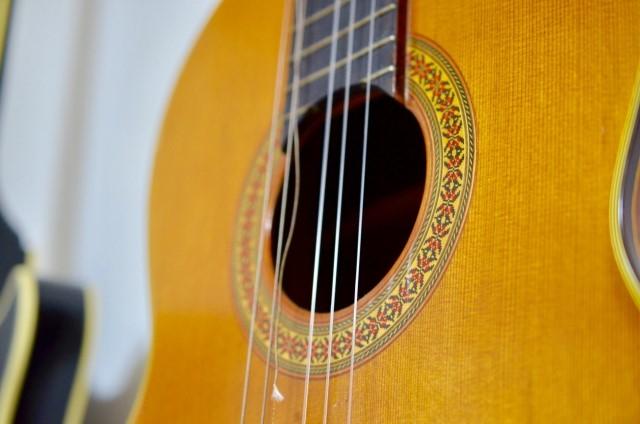 弦が切れてしまったアコースティックギター