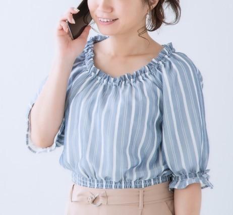 スマホで東京都粗大ごみ受付センターに電話をかける女性