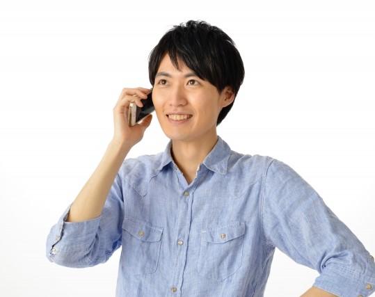 スマホで電話をかける男性