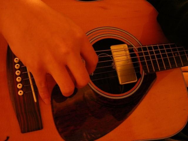 クラシックギターを弾く人