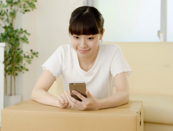 メルカリのサイトをスマホで見る女性のイメージ