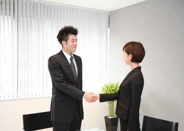 握手してプロの助けを借りる飲食店の正社員