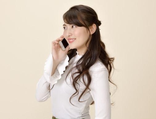 連絡ごみ受付センターにスマホで電話をする女性