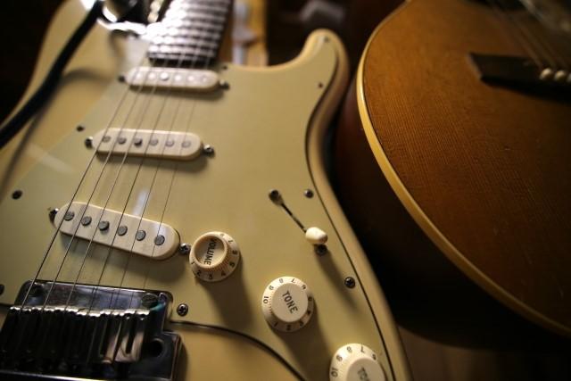 豊田市で処分予定のエレキギターとフォークギター