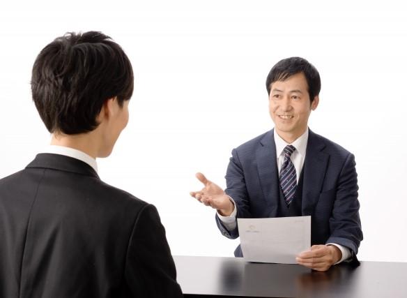 再就職の面接を受けるコンビニ社員
