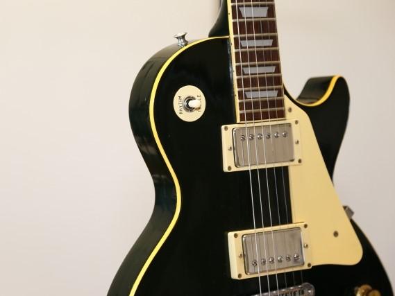 岡崎市で捨てる予定の黒いエレキギター