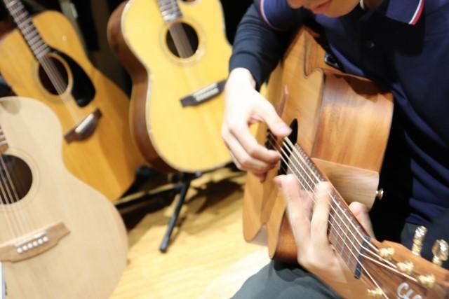 春日井でフォークギターを弾く人